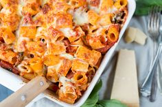 Rigatoni pastaschotel met salami en champignons
