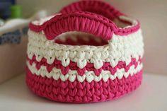 Cestos e crochê em fio de malha nas cores rosa shock e cru. Ideal para organizar e decorar o ambiente.