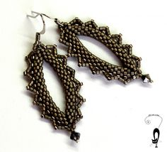 Master Class for drop earrings using size 11s & a crystal. Step by step pictures but translate. #Seed #Bead #Tutorials