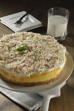 Te compartimos ésta opción original y deliciosa al tradicional cheesecake. Tiene un gran sabor, el cheesecake queda suave con un aroma irresistible a coco. Lleva una base de nuez de la india con coco rallado que le aporta un gran sabor y una textura crujiente. Pruébalo, se volverá uno de tus postres favoritos.