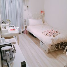 Small Room Interior, Small Room Bedroom, 70s Bedroom, Modern Bedroom, Bedrooms, Teen Room Decor, Home Decor Bedroom, Dorm Room Designs, Aesthetic Room Decor