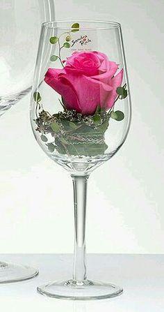 Beautiful single rose in a wine glass... El champagne es el único vino que embellece a la mujer después de beberlo ...