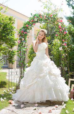 No.70-0007胸元のボリューミーなデザインと、ドレープを効かせたウエストラインでしっかりメリハリのでるAラインドレス。大きなお花のデザインで写真映えも