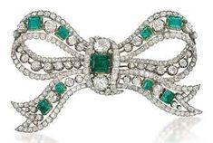 Henri Piquet Art Deco Bow Tie Broche Henri Piquet diamante, esmeralda, zafiro y broche de corbata de lazo, montado en platino.