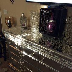 Mirror mosaic Diy Furniture Decor, Mirrored Furniture, Diy Furniture Projects, Furniture Makeover, Mirror Mosaic, Mosaic Diy, Glass Mosaic Tiles, Mosaic Ideas, Broken Mirror Diy
