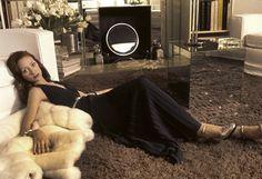 """Les plus belles #photos des #archives de @parismatch_magazine  #1972. Yves Saint-Laurent à permis à Marisa #Berenson de poser pour Paris-Match dans les modèles qu'elle a choisi de sa nouvelle collection haute couture printemps 1972. La même année elle tournera dans le film """"cabaret"""" de Bob Fosse. Trois ans plus tard en 1975 ce sera la consécration au cinéma avec le film de Stanley #Kubrick """"Barry Lindon"""". Photo : Jean-Claude Sauer /#ParisMatch by parismatch_vintage"""