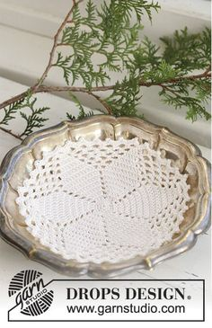 """Fruity Christmas / DROPS Extra - Crochet DROPS Christmas doily in """"Cotton Viscose"""" with star pattern. Filet Crochet, Crochet Cross, Drops Design, Free Crochet Doily Patterns, Crochet Motif, Crochet Dollies, Crochet Flowers, Broomstick Lace Crochet, Magazine Drops"""