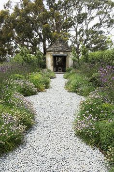 Allée de jardin / Rustic folly in Paul Bangay's garden at Stonefields. Garden Structures, Garden Paths, Garden Landscaping, Side Garden, Garden Art, Pea Gravel Garden, Border Garden, Roses Garden, Garden Edging