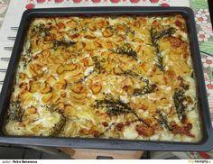 Syrové brambory nastrouháme na slabé plátky. Ve velké míse smícháme smetanu se solí a pepřem (případně další surovinou), nasypeme nastrouhané... Chef Recipes, Lasagna, Gnocchi, Macaroni And Cheese, Potatoes, Cooking, Ethnic Recipes, Quiche, Breakfast
