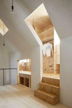 Super idée d'aménagement pour des combles : un dressing situé juste dans la partie avec les toits en pente ! #bois #chaleureux