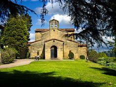 fotografía de arquitectura de monumento Prerrománico Asturiano San Julián de los Prados , Patrimonio Histórico Cultural de la Unesco