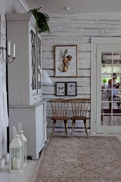 Savuisen musta on vaihtunut sisätiloissa valkoiseen ja keittiö siirretty avarampiin tiloihin olohuoneen viereen. Gallery Wall, Living Room, Home Decor, Decoration Home, Room Decor, Sitting Rooms, Living Rooms, Family Room, Lounge