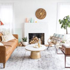 Brown couch with gray patterned rug Pastel Living Room, New Living Room, Living Room Sofa, Brown Leather Couch Living Room, Tan Leather Sofas, Leather Couch Decorating, Sofa Styling, Living Room Color Schemes, Brown Sofas