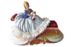 Статуэтка Девушка на кушетке