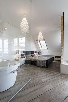 Sublime... design et ambiance chaleureuse avec un parquet aux lames XL, une chambre salle de bains qu'on verrait bien à la maison non ?