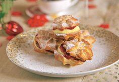 Sándwiches de galletas con mermelada y crema de vainilla.