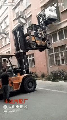 Forklift the forklift to deliver a washing machine. (X-Post from r/WhatCouldGoWrong) Safety Fail, You Raise Me Up, Stupid Human, Mechanic Humor, Safety First, One Job, Weird Pictures, Funny Cartoons, You Funny