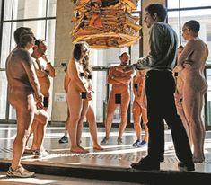 Museu de Arte Contemporânea em Paris   Será que está a nascer uma nova moda?  O museu de arte contemporânea no Palácio de Tóquio, em Paris, esgotou em 2 dias as visitas guiadas... sem roupa! E porquê? Estarão por lá a dar alguma coisa a quem vá visitar o museu despido? Ainda pensei nisso, mas não, parece que não dão mais nada para além da visita! Pelo que me lembro das últimas visitas que fiz a museus, o normal é deixarmos num cacifo os nossos pertences. Mas neste museu,...