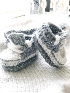 Om ikke mange mnd så blir jeg bestemor igjen, denne gangen til en liten gutt! Så derfor er jeg i full gang med både strikking og hekling for tiden, noe som faktisk er bevist at senker stress. For en liten stund siden, heklet jeg disse søte små converse baby skoene. Jeg har heklet de i to forskjelli Baby Born Kleidung, Baby Converse, Dumb And Dumber, Slippers, Blog, Baking, Fashion, Threading, Moda