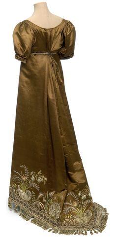 Robe, France, vers 1810 Satin, broderie au point lancé, application de tulle et paillettes, franges de passementerie  © Les Arts Décoratifs, Paris / photo : Jean Tholance