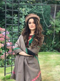 Stylish Dresses For Girls, Stylish Dress Designs, Stylish Girl Pic, Winter Fashion Outfits, Look Fashion, Fashion Design, Fashion Trends, Afghani Clothes, Yennefer Of Vengerberg
