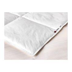 IKEA - HÖNSBÄR, Höyhenpeitto, viileä, 150x200 cm, , Viileä ja normaalia ohuempi peitto. Sopii nukkujalle, jolle tulee helposti liian kuuma nukkuessaan.Täytteestä suuri osa on höyheniä, jotka siirtävät kosteutta pois iholta ja pitävät sängyn miellyttävän kuivana koko yön.Pitää sängyn kuivana ja miellyttävänä, sillä sekä täyte että puuvillapäällinen hengittävät hyvin ja varmistavat, että ilma pääsee kiertämään.Ruututikkauksen ansiosta täyte pysyy hyvin paikoillaan ja peitto on tasaisen…
