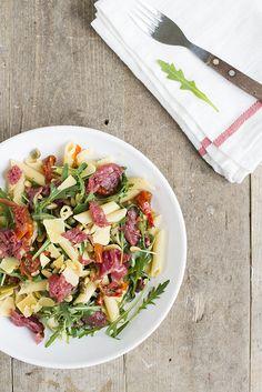 Vandaag gaan we voor een lekker snel recept met een twist. Een Carpaccio pastasalade. Een maaltijd pastasalade met carpaccio.