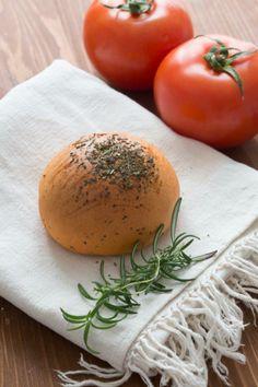 Pan de tomate y finas hierbas.