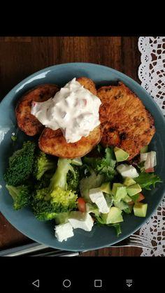 Uuniperunoille kinkkutäyte ja lihaa,  salaattia