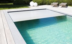 Piscina exterior com paddle terrace, piscina skimmer, forro Natural Swimming Pools, Swimming Pools Backyard, Swimming Pool Designs, Pool Landscaping, Pool Spa, Retractable Pool Cover, Kleiner Pool Design, Automatic Pool Cover, Leisure Pools