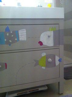 Pesciolini sul mobile del lavello del bagno dipinti da Licia Viero