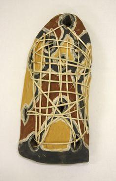 Sculpture Bunyaydinyu Bagu de Ninney MURRAY.  Les Bagu étaient à l'origine des planchettes à feu. Elles étaient traditionnellement composées de deux parties, le Bagu (corps) et le Jiman (bâtonnet). Ces objets avaient une valeur sacrée en raison des pluies diluviennes qui s'abattent régulièrement dans cette région tropicale. Outre la cuisson des aliments, il servait à se réchauffer, confectionner des armes et réaliser des cérémonies. #artaborigene #contemporain