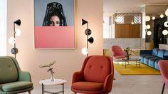 Испанский дизайнер Хайме Хайон известен своим характерным остроумным подходом к оформлению интерьеров. Не стала исключением и работа его студии Hayon для сети отелей Barcelo Hotel Group. Гостиница Barcelo Torre de Madrid Hotel, расположенная на 9-м этаже 34-этажного здания, построенного в 1957 году, пережила полный ренессанс и стала своеобразным архитектурным полотном, на котором Хайон изобразил нечто …