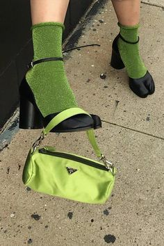 Think green 💚 dream bag via Estilo Indie, Looks Style, Looks Cool, Look Fashion, Fashion Outfits, Fashion Trends, Green Fashion, Fashion Clothes, Fashion Bags