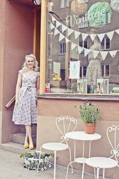 the dress in the window -- picnic/garden party vintagefabriken_öppning_1493