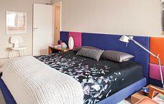 A arquiteta Carolina Rocco usou tons intensos na cabeceira e na base da cama de seu quarto. A estrutura fica em uma base neutra, mas leva roupa de cama estampada