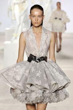 Giambattista Valli – Haute Couture FW 2013/14. Fotos ©catwalkpix.com. #dress #valli #elle_de