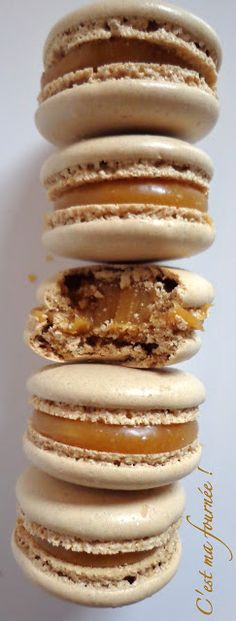 This is my batch: Macarons salted butter caramel (Felder) Macarons, Just Desserts, Delicious Desserts, Yummy Food, Cookie Recipes, Dessert Recipes, French Macaroons, Macaron Recipe, Chefs