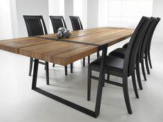 Rustic spisebord - Rustic spisebord i oliebehandlet vildeg. Det enkle bord er støttet af sorte metalben. Flot og lækkert bord til spisestuen. Bordet er råt, stort og voldsomt - designet til mennesker, der holder af at udfolde sig uden begrænsninger, og som lever intenst i nuet. Bordet er fremstillet af tykke planker af massivt egetræ med naturlige revner og sprækker. De bliver båret af en flot jernkonstruktion, der er smedet sammen på en måde, så alle spor af smedeprocessen er bibeholdt ...