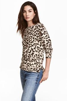 Fine-knit jumper: Long-sleeved jumper in a soft, fine knit with slits in the sides. Slightly longer at the back.