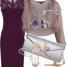 Viola per il vestito con ricamo in pizzo sul davanti, da indossare con un coprispalle leggermente più chiaro. Sono beige gli accessori: i sandali con cinturino e tacco alto, la borsa gioiello. Completano l'outfit gli orecchini con pendenti in ametista.