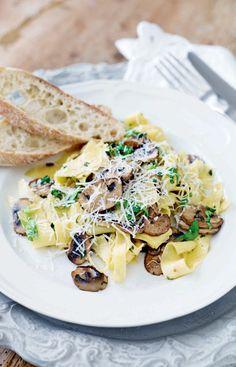 Pasta med basilika och vitlöksfrästa champinjoner