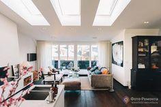 Хорошая цветовая гамма: темный пол под дерево, белые стены и потолок и серый/коричневый диван