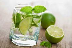Zitronenwasseram Morgen auf nüchternen Magen ist eine ausgezeichnete Gewohnheit, von der viele schon lange täglich profitieren.