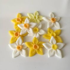 Cake nature fast and easy - Clean Eating Snacks Spring Cupcakes, Spring Cake, Easter Cupcakes, Flower Cupcakes, Daffodil Cake, Daffodil Flower, Easter Cake Toppers, Fondant Toppers, Fondant Flowers