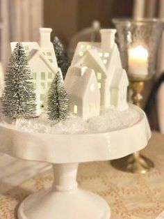 White Christmas decor White Christmas decor Always wanted to discover how to knit, although unsure where do you start? Classy Christmas, Noel Christmas, Merry Little Christmas, Christmas Crafts, Christmas Ideas, Christmas Mantels, Christmas Wreaths, Farmhouse Christmas Decor, Christmas Kitchen