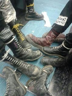 Look at this awesome 'Cockney Rejects' patch ☆ Doc Martens Parade 👊 Estilo Punk Rock, Estilo Grunge, Grunge Goth, Punk Goth, Punk Rock Style, Grunge Style, Soft Grunge, Mode Skinhead, Skinhead Boots