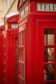 Jerry Ghionis wedding photograph of a couple kissing in a red telephone booth