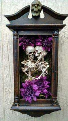 This is creepy but actually kind of cute for a Halloween shadow box. I'd use less flowers and more cobwebs, spiders etc! Halloween Prop, Casa Halloween, Theme Halloween, Holidays Halloween, Halloween Crafts, Gothic Halloween Decorations, Halloween Forum, Vintage Halloween, Skull Decor