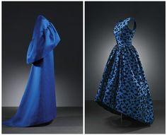 Balencia:  Vestido de la izda: Vestido de noche en gazar de seda azul añil - 1965. Perteneció a Mrs. Rachel L. Mellon.